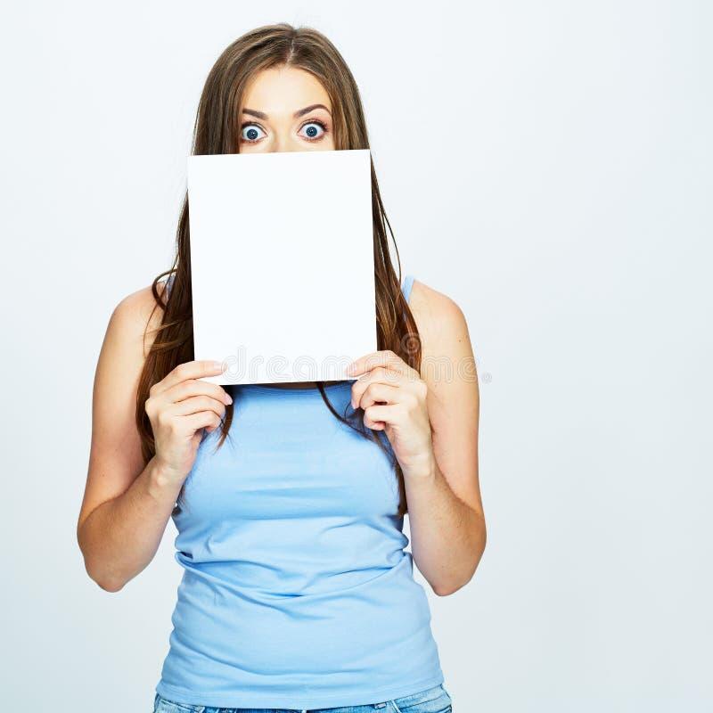 Jeune femme regardant par derrière une carte blanche photos libres de droits