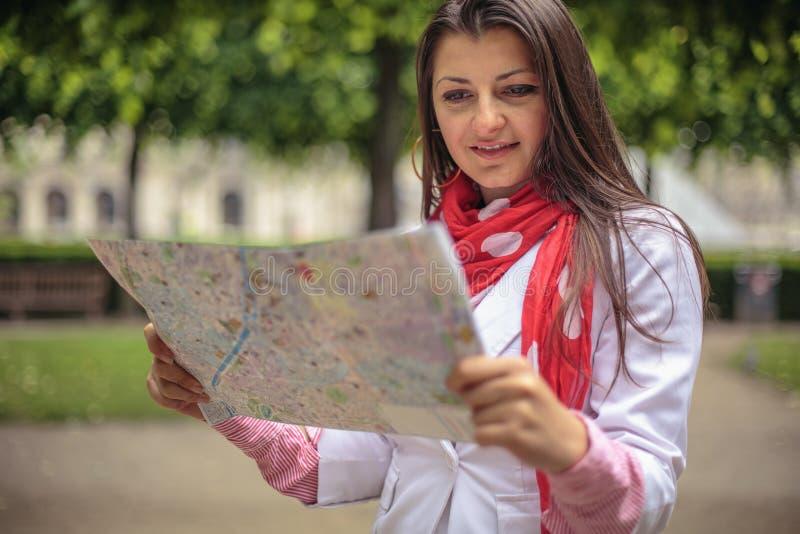 Jeune femme regardant sur la carte le parc Paris, France de ville image libre de droits