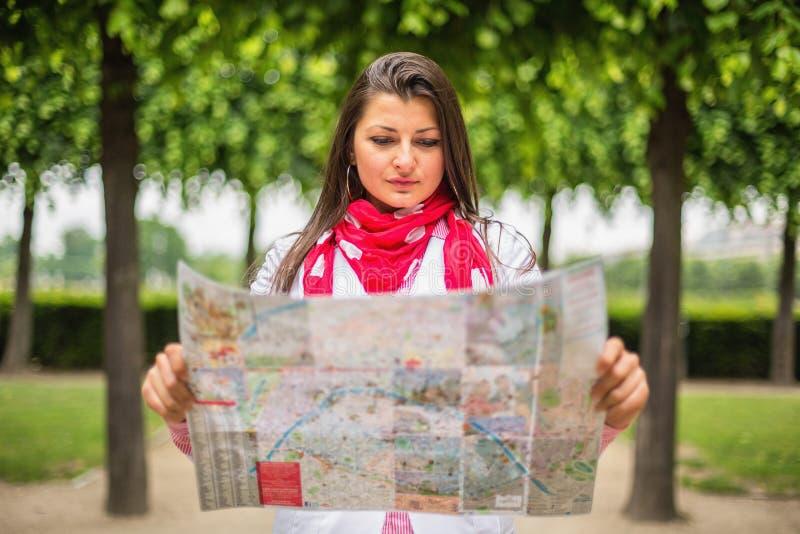 Jeune femme regardant sur la carte le parc Paris, France de ville images libres de droits
