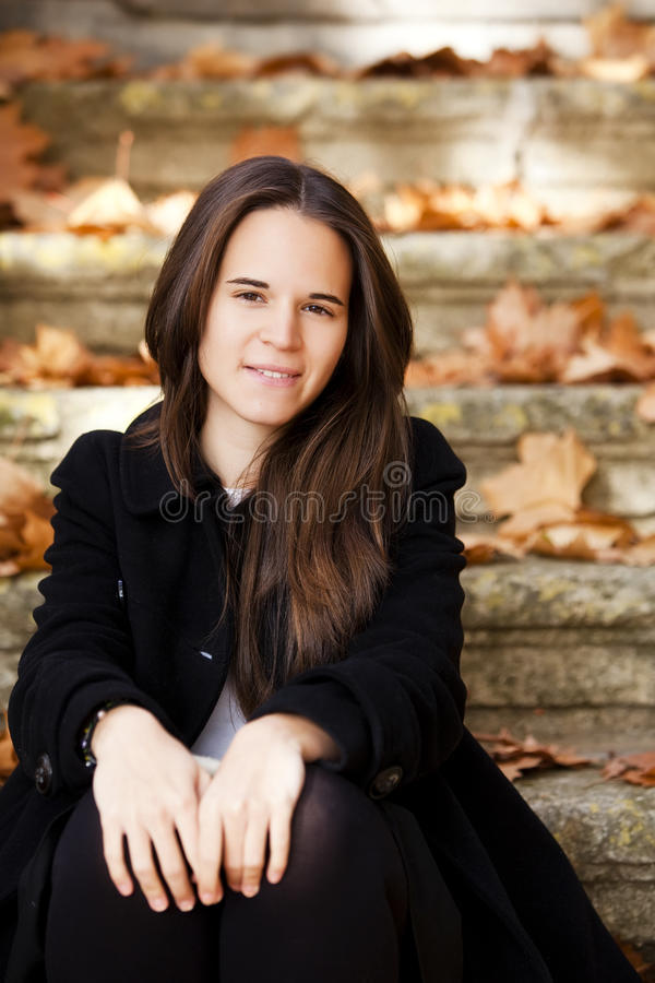 Jeune femme regardante fixement photographie stock