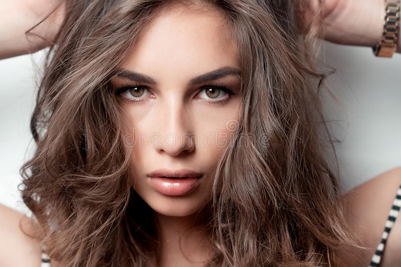 Jeune femme renversante avec les cheveux bouclés photo libre de droits