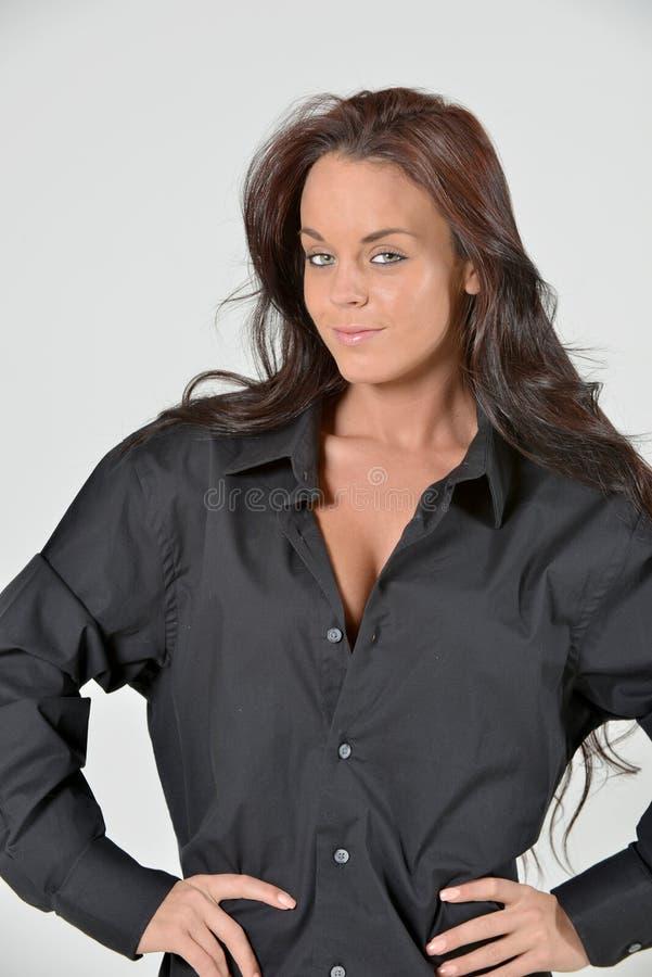 Jeune femme renversante de brune dans la chemise des hommes de couleur photographie stock libre de droits