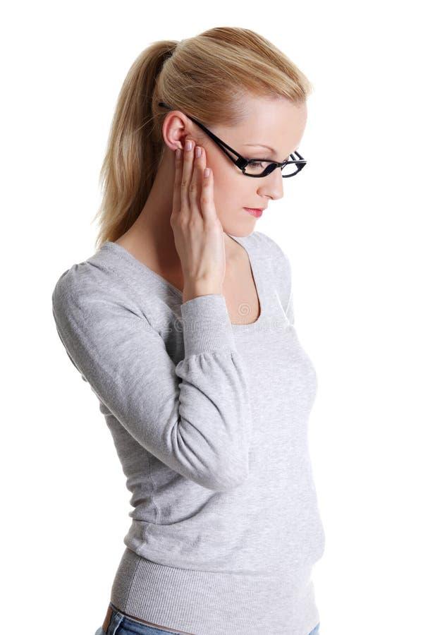 Jeune femme ressentant une douleur dans l'oreille photo stock