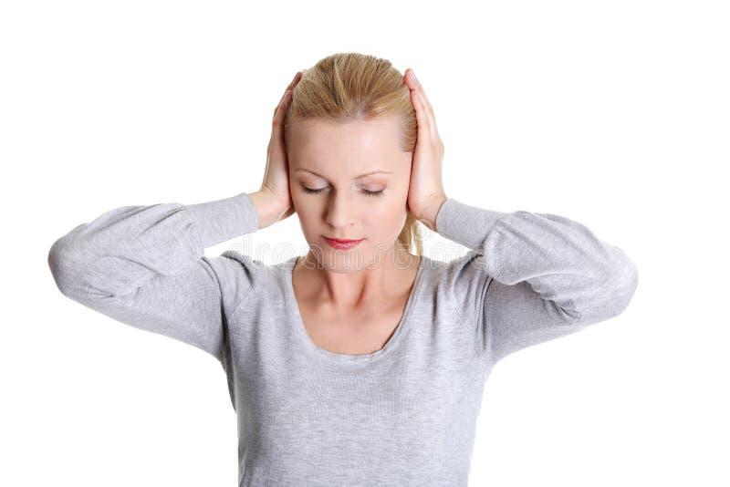 Jeune femme ressentant une douleur dans l'oreille images libres de droits