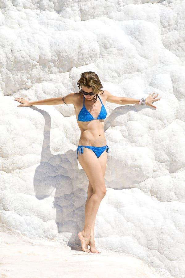 Jeune femme restant au mur blanc de la neige images libres de droits