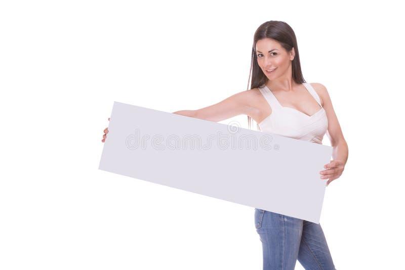 Jeune femme retenant l'affiche blanc photos stock