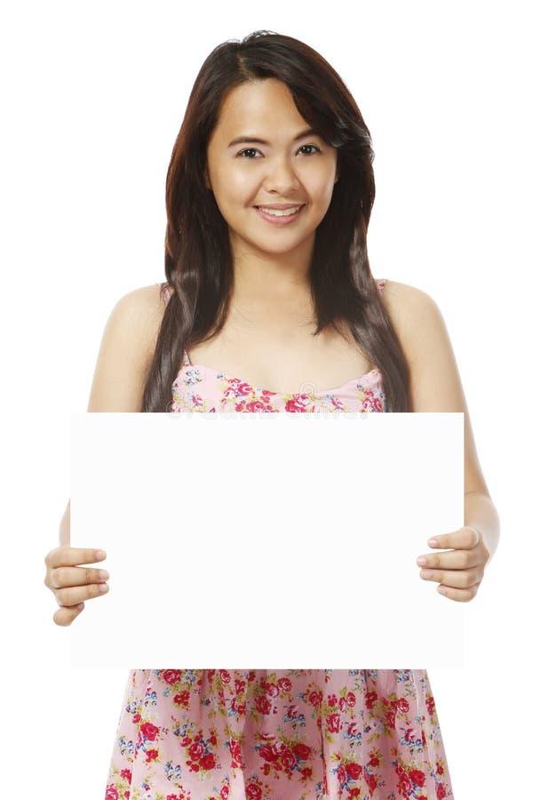 Jeune femme retenant le message blanc photographie stock