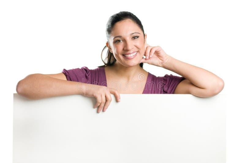 Jeune femme retenant le panneau indicateur blanc photo stock