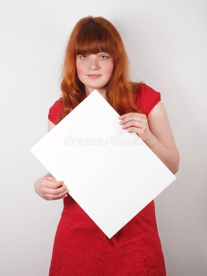 Jeune femme retenant un signe blanc image stock