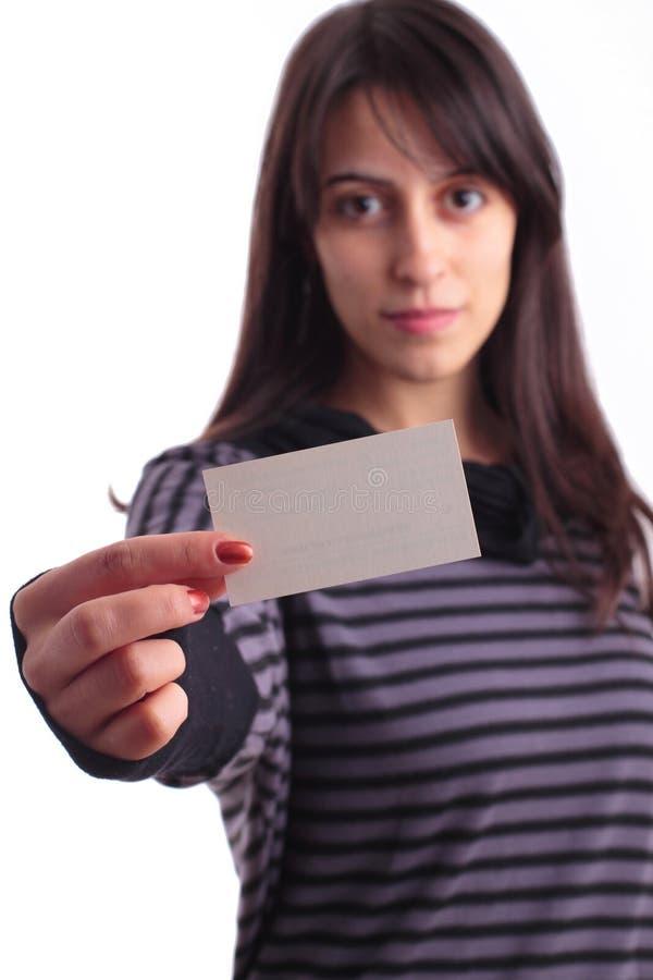 Jeune femme retenant une carte de visite professionnelle de visite vide images libres de droits