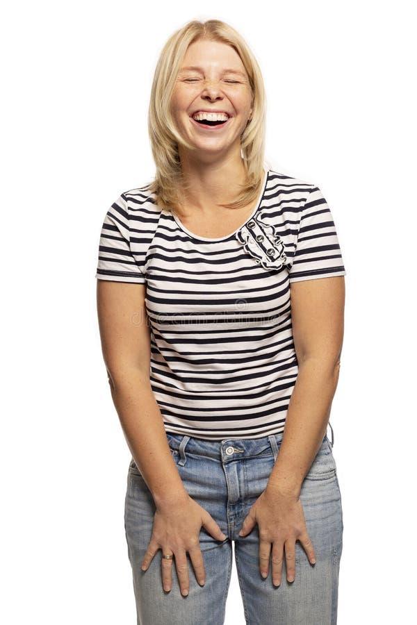 Jeune femme riant avec émotion, d'isolement sur le fond blanc photographie stock libre de droits