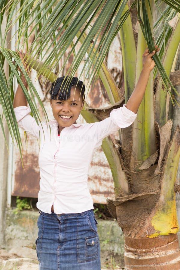 Download Jeune Femme Riante Arrêtée Sous Un Arbre De Noix De Coco Photo stock - Image du coconut, ivoire: 45795570