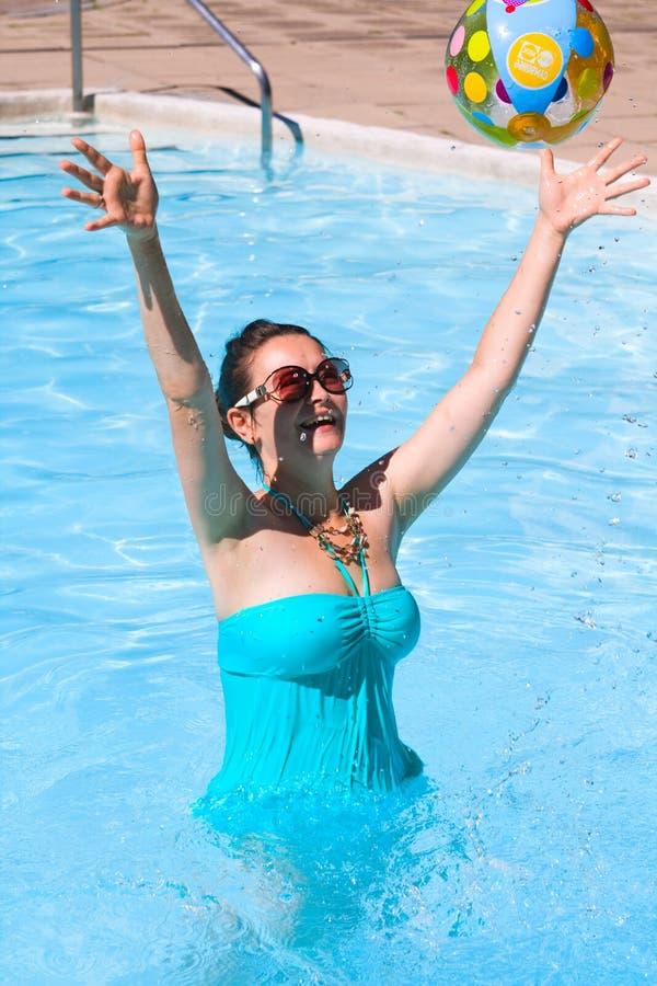 Jeune femme riante dans l'eau photos libres de droits