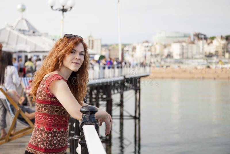 Jeune femme rouge de cheveux des vacances photos stock