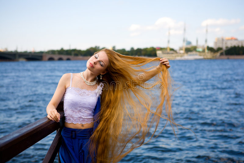 Jeune femme rousse images stock