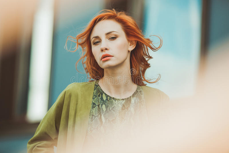 Download Jeune femme rousse image stock. Image du assez, beau - 76075787