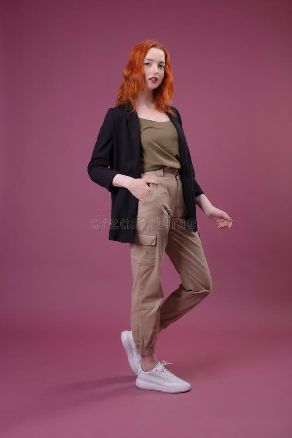 Jeune femme rousse attirante regardant la cam?ra images stock