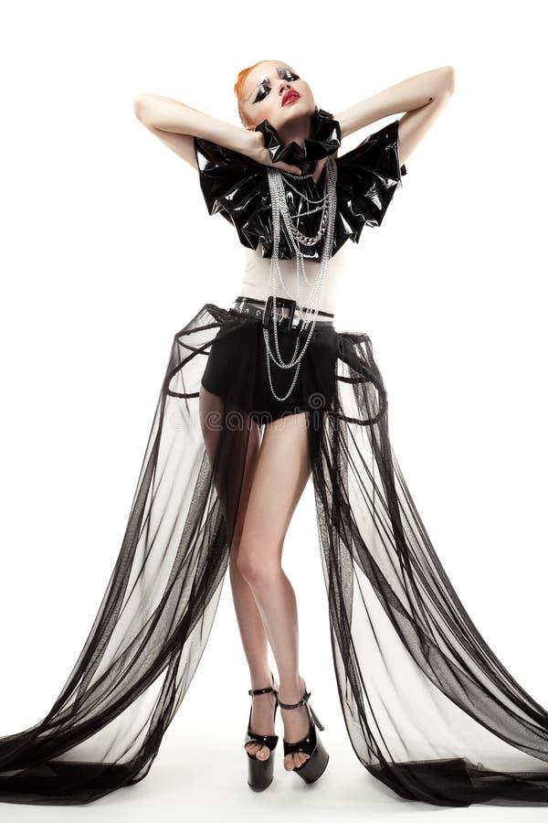 Jeune femme rousse avec le renivellement et les vêtements de mode   photographie stock