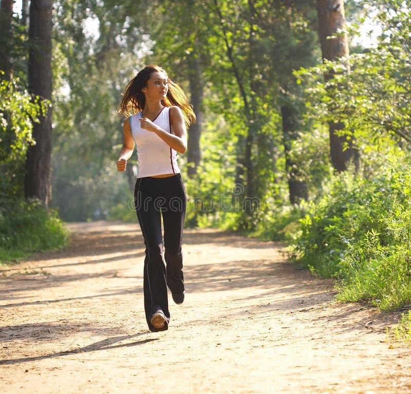 Jeune femme runnning photos stock