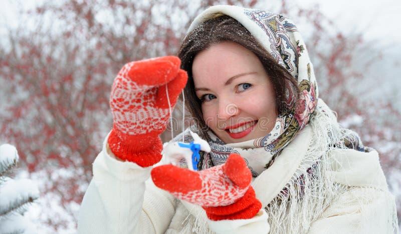 Jeune femme russe en parc d'hiver photographie stock libre de droits