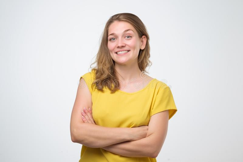 Jeune femme sûre avec le beau sourire dans le studio photo libre de droits