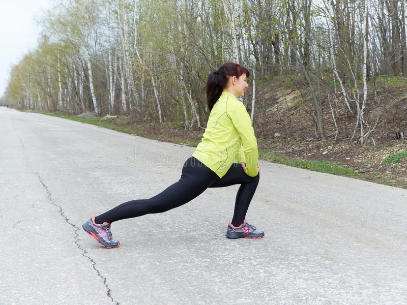 Jeune femme s'étirant dehors en nature Forme physique, sports Lifes image libre de droits