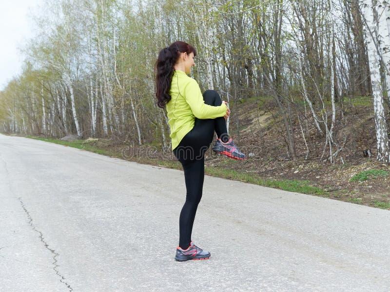 Jeune femme s'étirant dehors en nature Forme physique, sports Lifes photos libres de droits