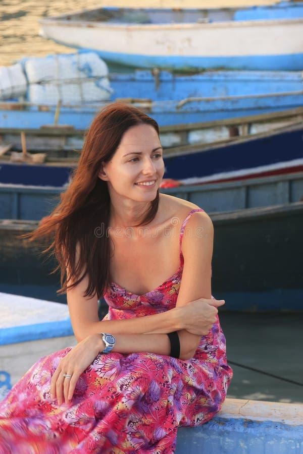Jeune femme s'asseyant au pilier de bateau de Boca Chica image stock