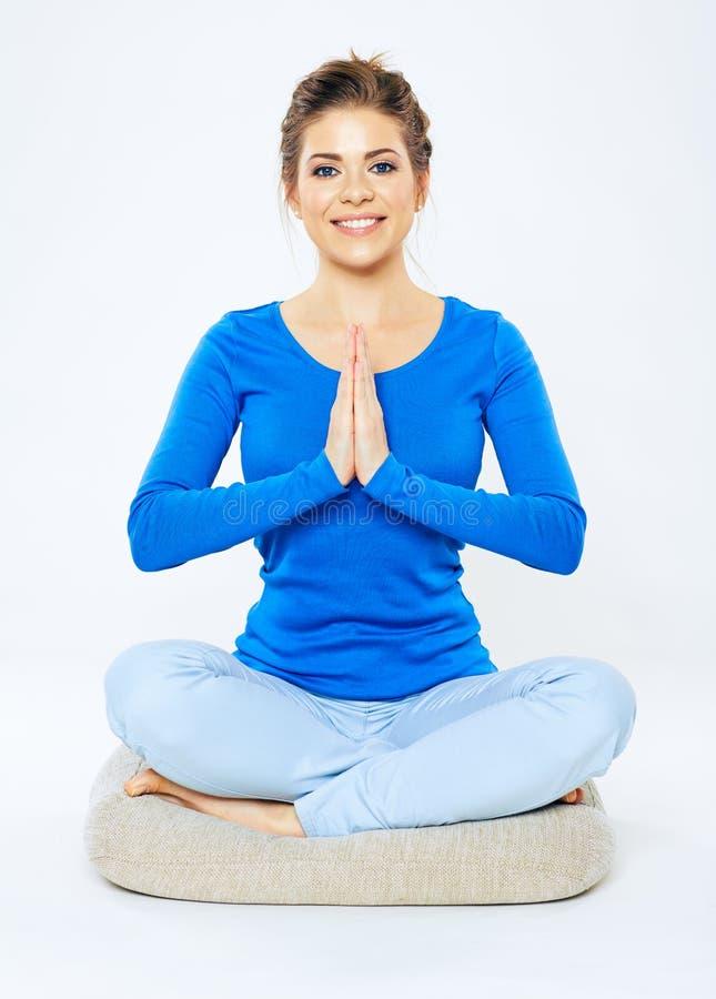 Jeune femme s'asseyant dans la pose de yoga photo libre de droits