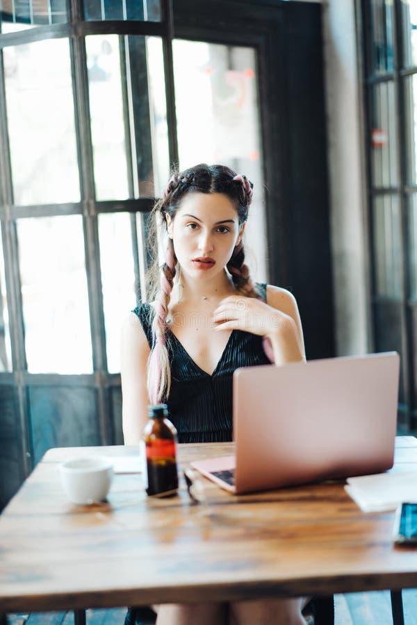 Jeune femme s'asseyant dans le café image libre de droits