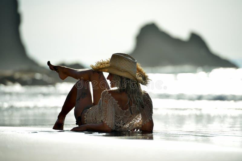 Download Jeune Femme S'asseyant Sur La Plage En été Image stock - Image du people, relaxation: 56481623