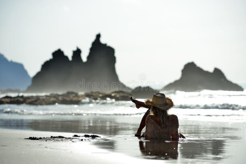 Download Jeune Femme S'asseyant Sur La Plage En été Photo stock - Image du beau, rouge: 56481764