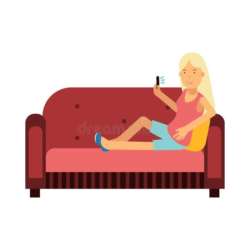 Jeune femme s'asseyant sur un sofa utilisant son illustration de smartphone illustration libre de droits