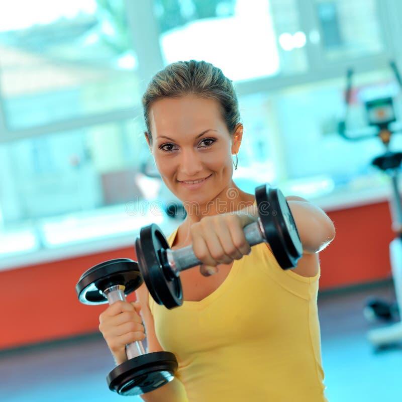 Jeune femme s'exerçant en gymnastique photo stock