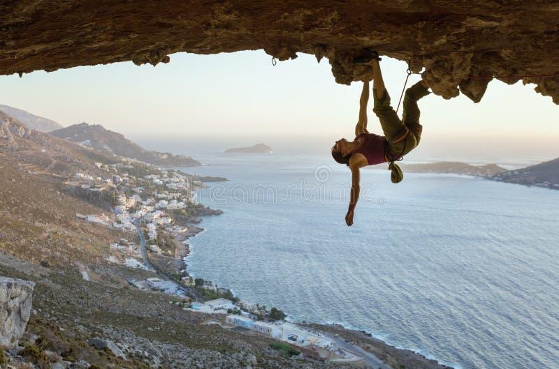 Jeune femme s'?levant en caverne au coucher du soleil photos stock