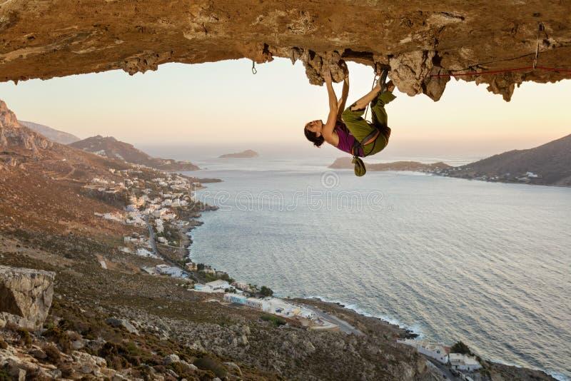 Jeune femme s'?levant en caverne au coucher du soleil photographie stock