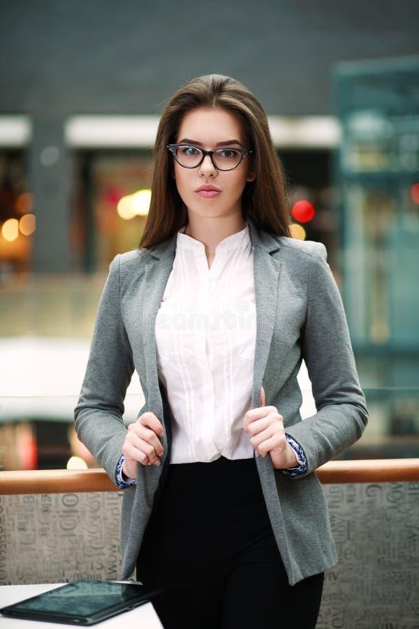 Jeune femme sûre d'affaires à l'intérieur photo stock