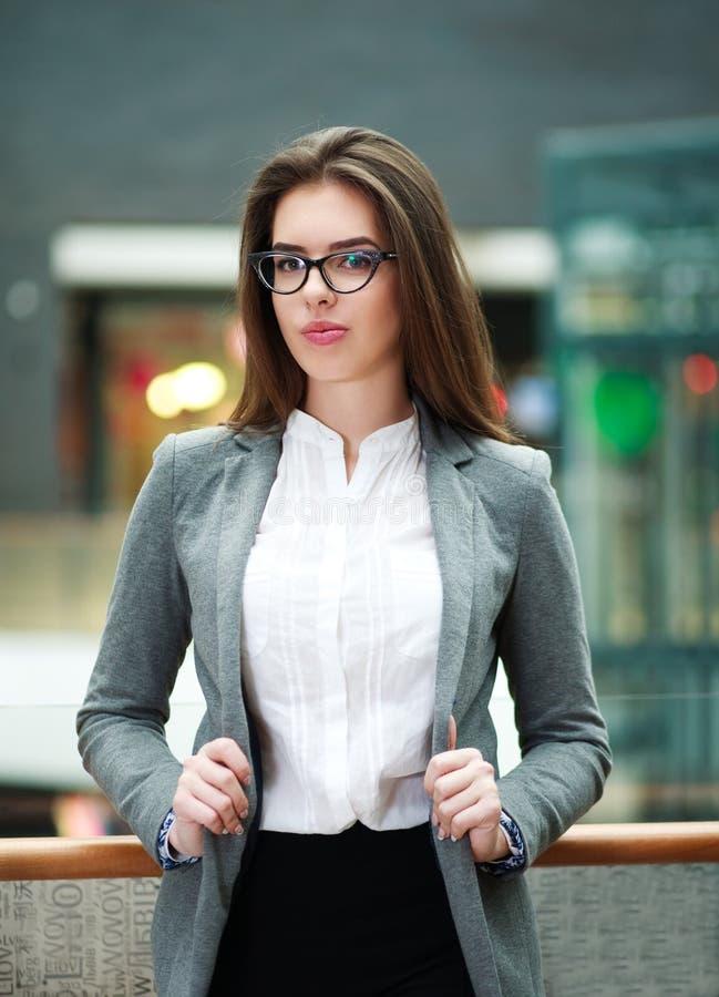 Jeune femme sûre d'affaires à l'intérieur image stock