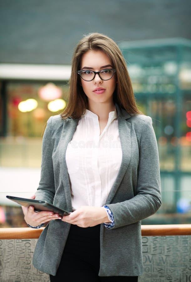 Jeune femme sûre d'affaires tenant la tablette photographie stock