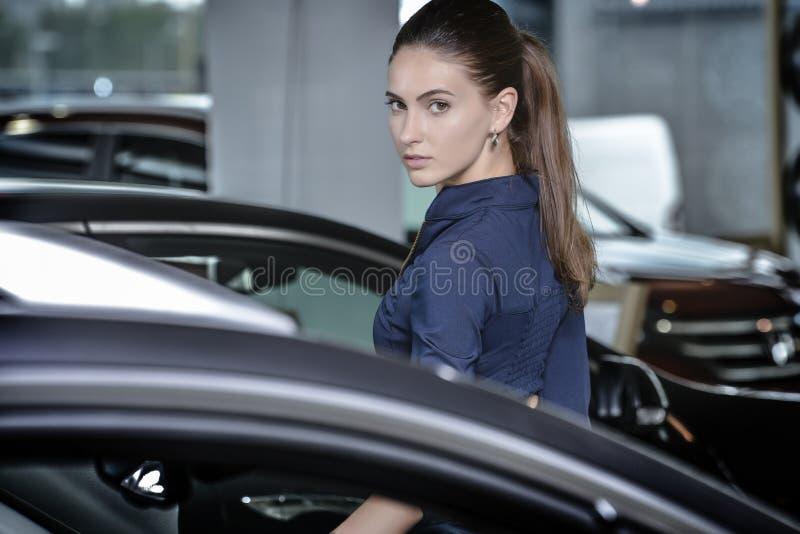 Jeune femme sûre regardant au-dessus de son épaule images stock