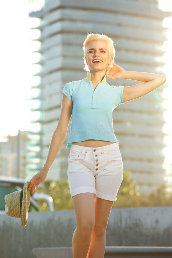 Jeune femme sûre souriant dehors dans la ville photo stock