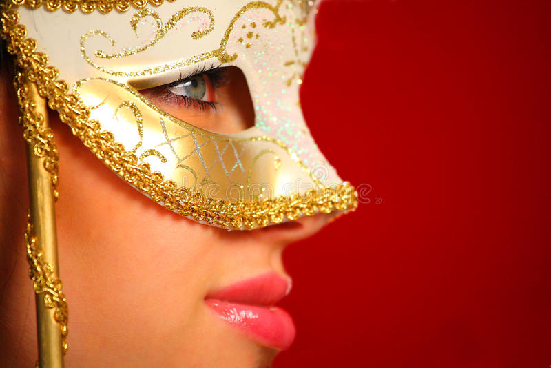 Jeune femme s'usant un masque vénitien photo libre de droits