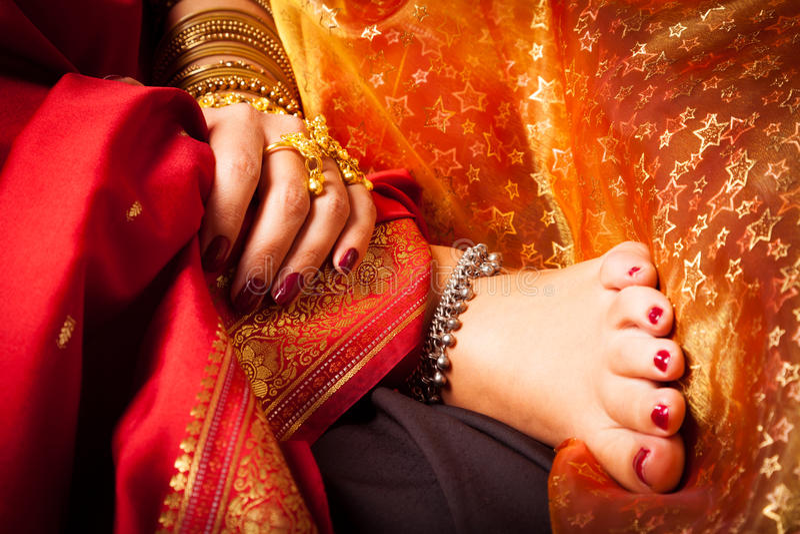 Jeune femme Sari de style Bollywood de port photos stock