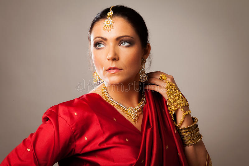Jeune femme Sari de style Bollywood de port images stock