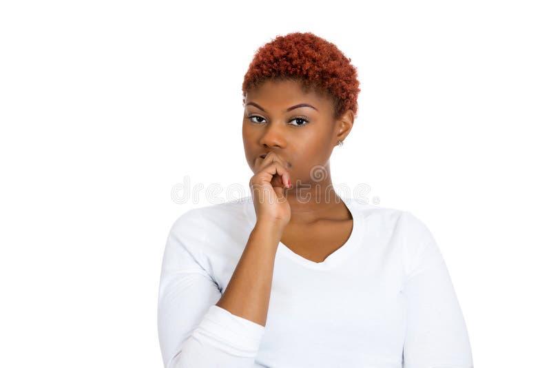 Jeune femme sceptique semblant méfiante images stock