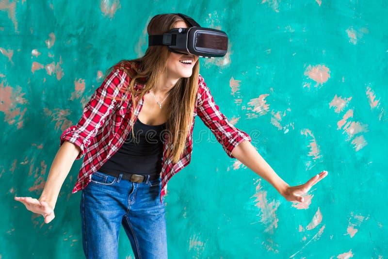 Jeune femme se sentant choquante pour l'usage du dispositif de réalité virtuelle photos libres de droits