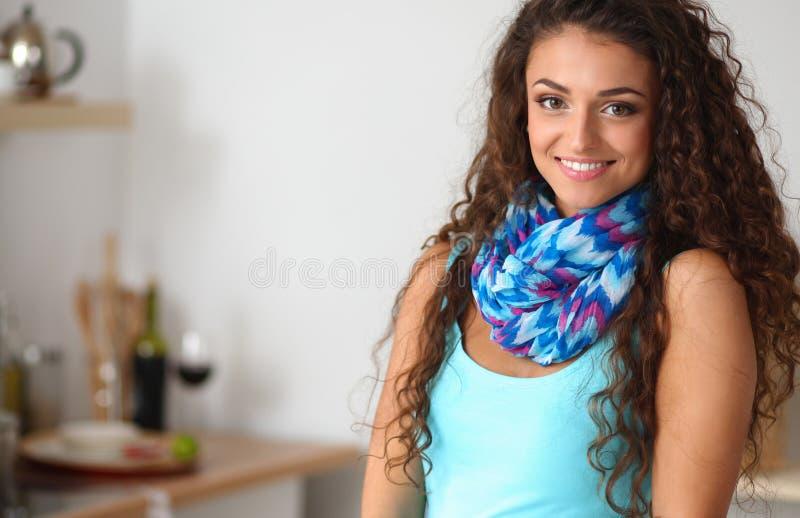 Download Jeune Femme Se Tenant Dans Sa Cuisine Photo stock - Image du compartiment, trappe: 87700730