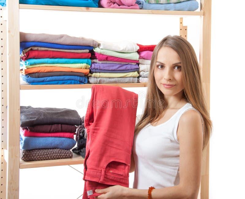 Jeune femme se tenant près de la garde-robe photos stock