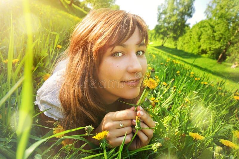 Jeune femme se trouvant sur l'herbe photographie stock