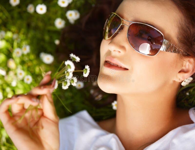 jeune femme se trouvant sur l'herbe photos libres de droits